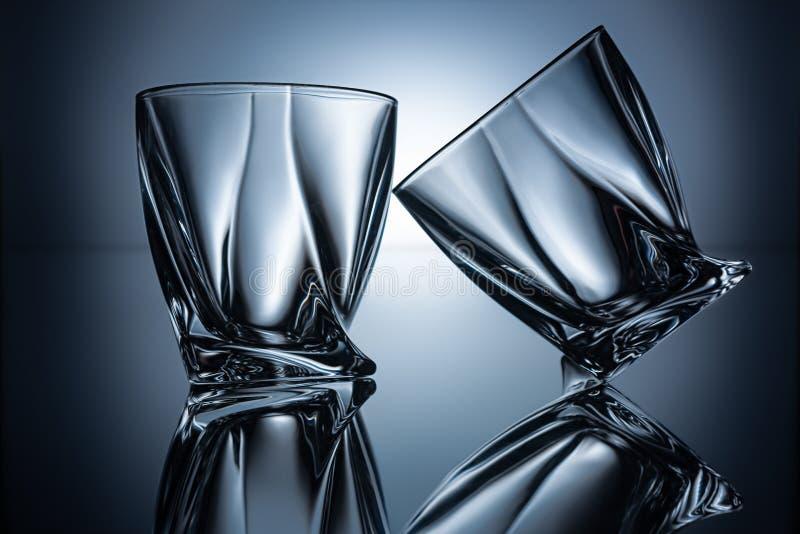 2 прозрачных пустых стекла коньяка на сером цвете стоковые фото