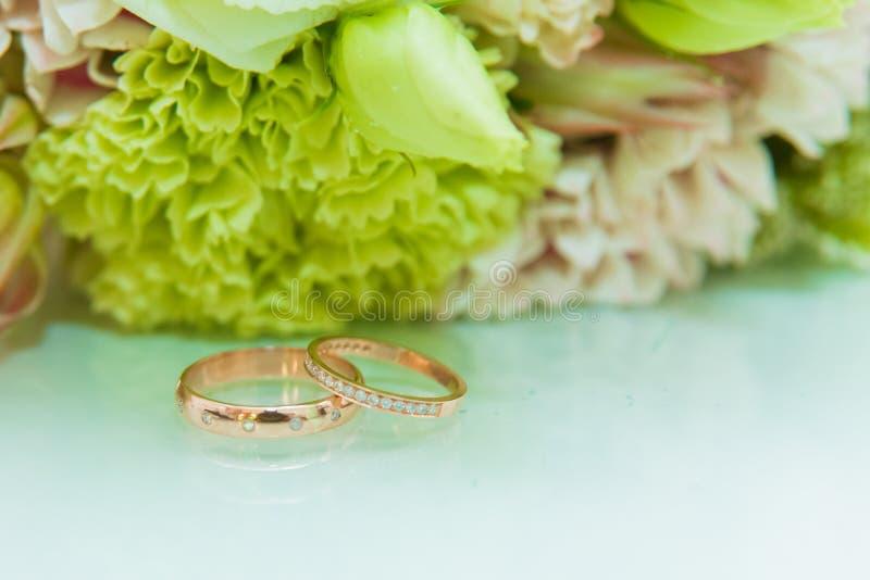 произведенное 3d венчание кольца изображения 2 кольца золота с диамантами жениха и невеста на белой поверхности стоковые изображения
