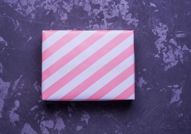 Произведите бумажные присутствующие коробки на деревянной предпосылке с космосом экземпляра, цветные поглотители в мягком цвете стоковые фото