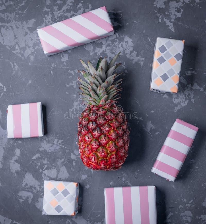 Произведите бумажные присутствующие коробки с красным ананасом, цветные поглотители в мягком цвете стоковая фотография