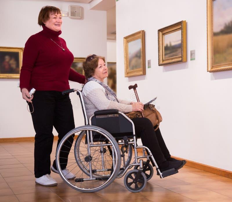 Download 2 произведения искусства женщины Whatching Стоковое Изображение - изображение насчитывающей удобоподвижность, агенства: 81800359