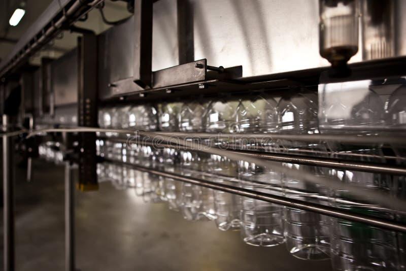 Производственная линия в фабрике для минеральной воды стоковая фотография