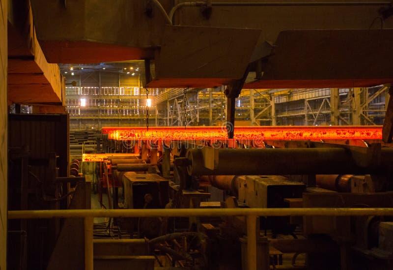 Производство стали, завод конструкции металла Процесс завальцовки металла стоковое изображение