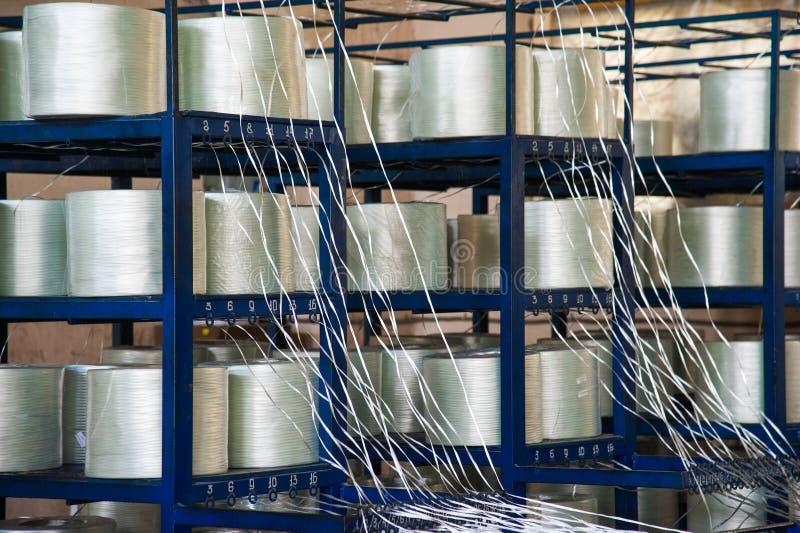 Производящ штанги стеклоткани - изготовление составного подкрепления стоковая фотография