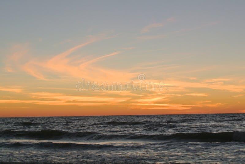 Пройдите заход солнца пляжа гриля стоковое изображение rf
