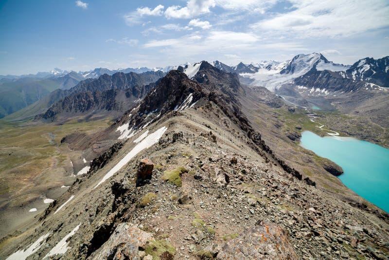 Пройдите на озеро ал-Kul, Кыргызстан стоковое изображение rf