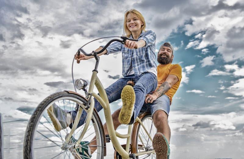 Прокат велосипедов или прокат велосипедов в течение коротких периодов времени Пары с предпосылкой неба даты велосипеда романтично стоковые изображения rf