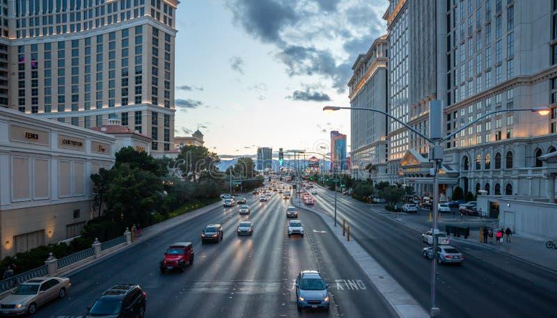 Прокладка Лас-Вегас в вечере Занятые здания гостиниц дороги и казино стоковая фотография rf