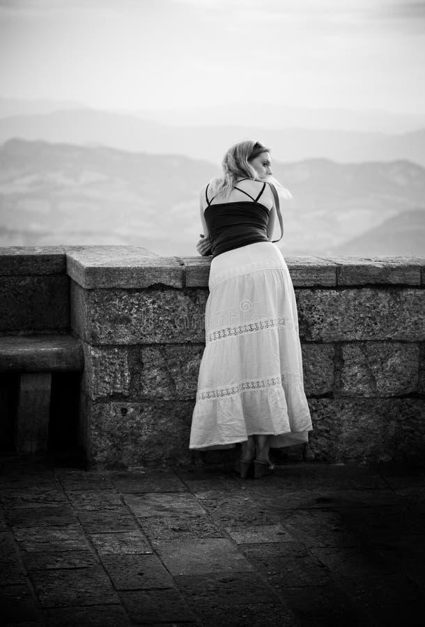 прокладывать рельсы стоящие детеныши женщины стоковая фотография rf