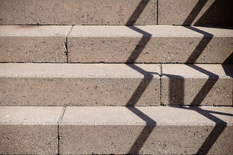 Прокладывать рельсы тень на лестнице стоковое изображение rf