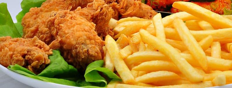 Крыла и фраи цыпленка стоковое фото rf