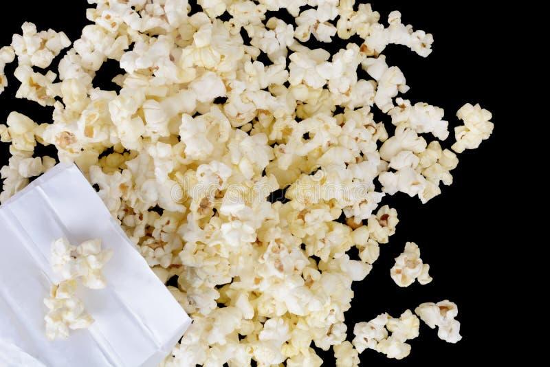 Пролитый пакет свежего попкорна стоковое изображение rf