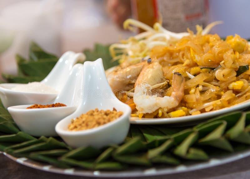 Проложите тайские ручки жареных рисов дерна Goong с креветкой стоковые изображения rf