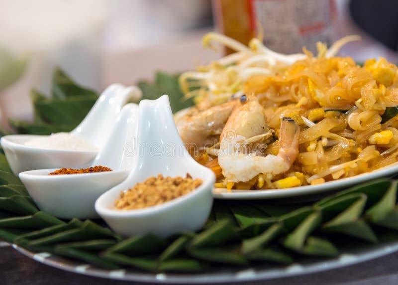 Проложите тайские ручки жареных рисов дерна Goong с креветкой стоковые изображения