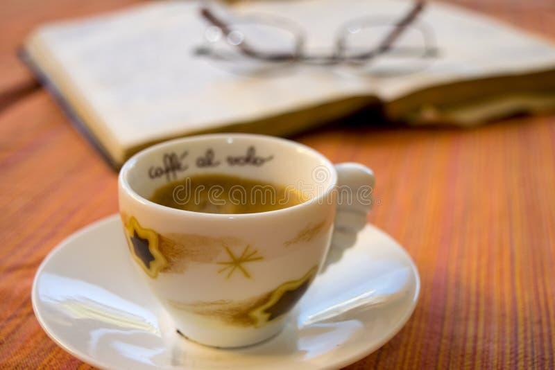 Пролом исследования с кофе эспрессо стоковое изображение
