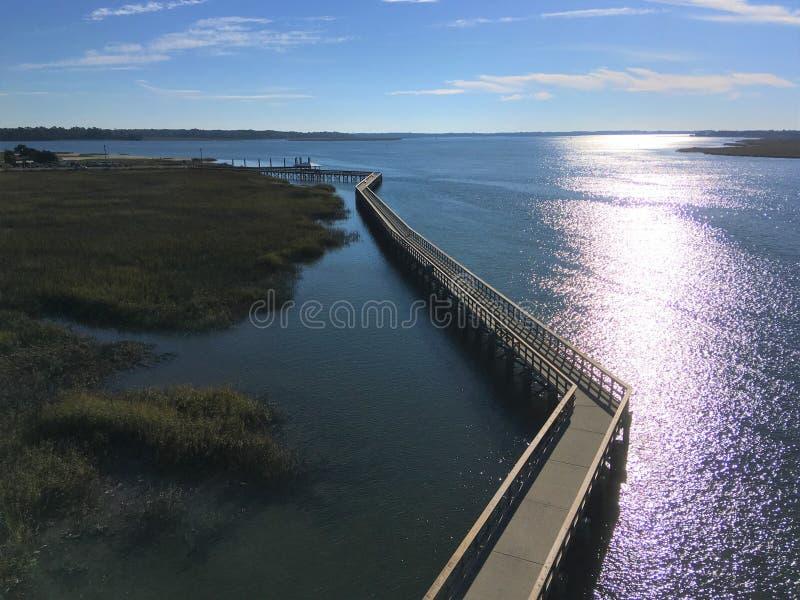 Променад вдоль болота около порта королевского, Южной Каролины стоковые фотографии rf