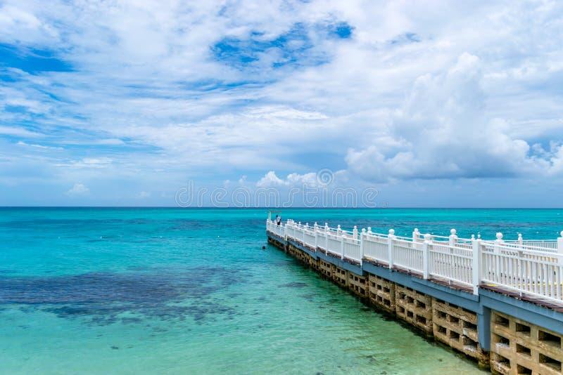 Променад/пристань/мола/док на тропическом пляжном комплексе стоковые фотографии rf