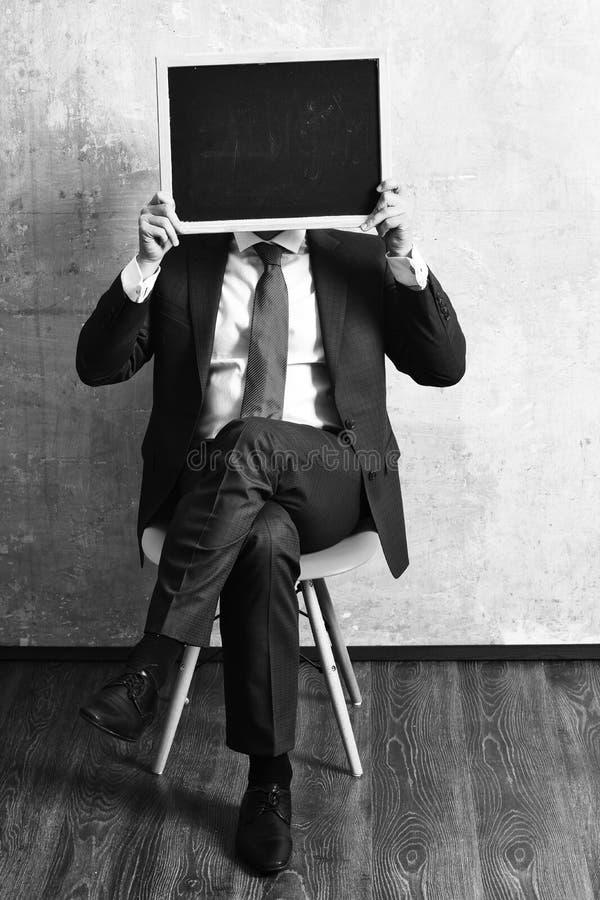 промотирование бизнесмен держа классн классный, продвижение Бизнесмен держа классн классный стоковые фото
