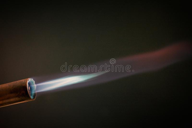 Промышленная газовая горелка с голубым пламенем стоковые фото