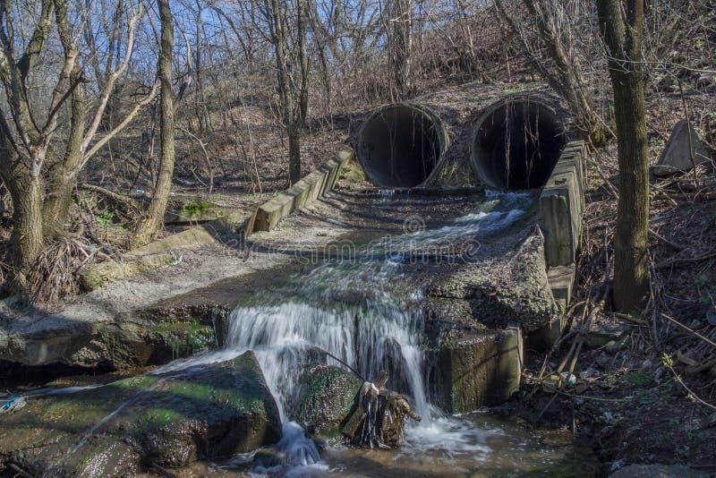 Промышленная городская отработанная вода нечистот стекает от конкретных труб стоковые изображения rf