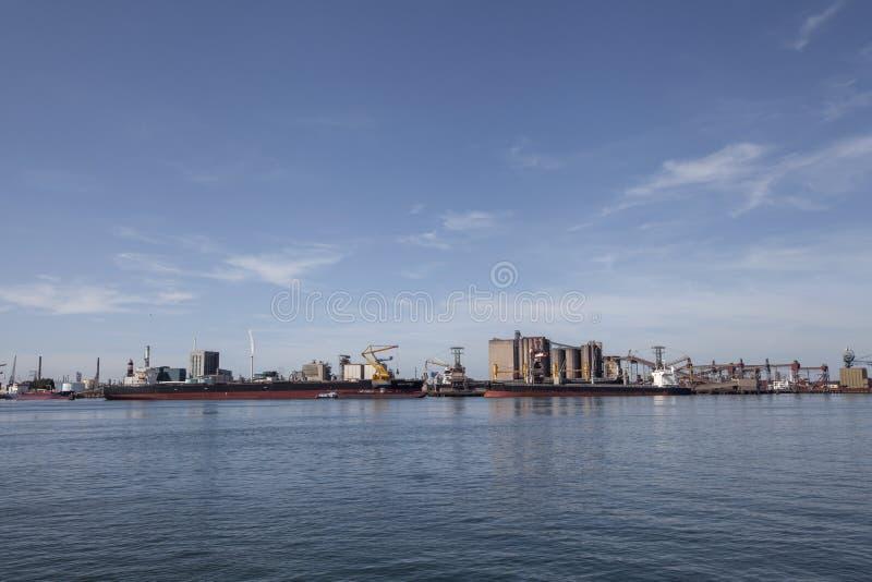 Промышленная зона в порту Роттердама в Нидерландах порт вокзала г.г.зюид-холланд/нефтерландов стоковые изображения