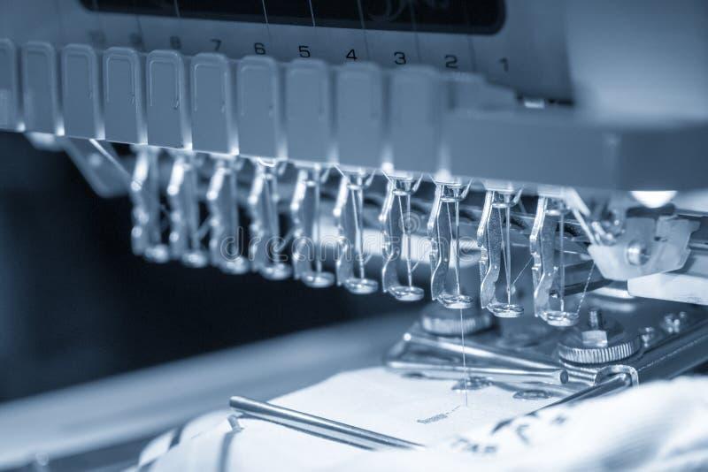 Промышленная машина вышивки в светлом - голубая сцена стоковые фотографии rf