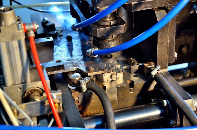 Промышленная машина для продукции пластиковых бутылок стоковая фотография