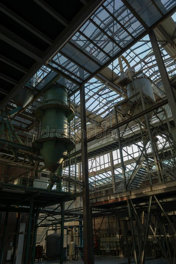 Промышленная предпосылка, старая получившаяся отказ зала фабрики с лестницами и свет дня стоковые изображения rf