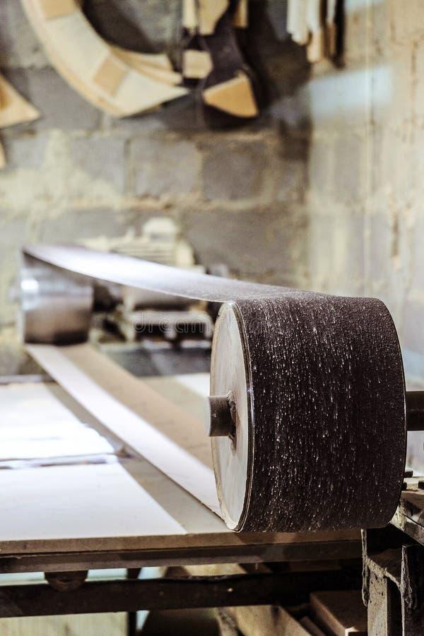 Промышленная профессиональная неподвижная истирательная зашкурить машина с длинным меля поясом стоковые изображения rf