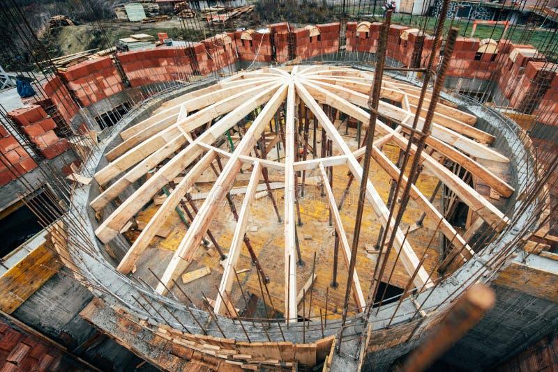 Промышленная система крыши здания монастыря с деревянными тимберсом, лучами и гонт Детали купола архитектуры на конструкции сидят стоковое фото rf