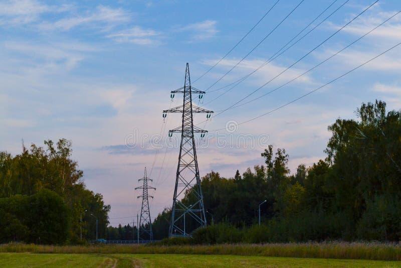 Промышленная среда от вечера, который нужно рассветать время Взгляд сельской местности романтичный с силуэтами деревьев, штендера стоковые фотографии rf