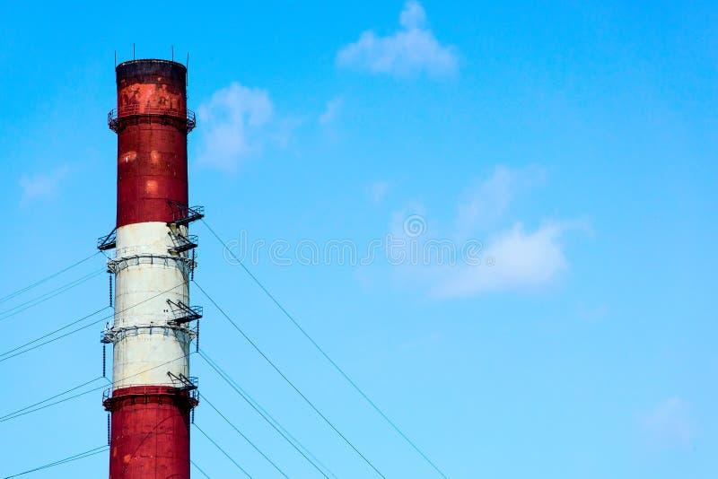 Промышленная труба на фоне ясного неба стоковые фото