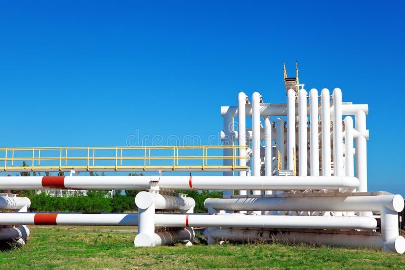 Промышленная труба с газом и маслом и водой стоковое изображение