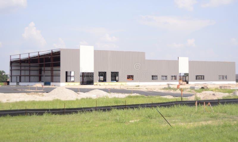 Промышленное здание металлического листа Manfacturing под конструкцией стоковое изображение