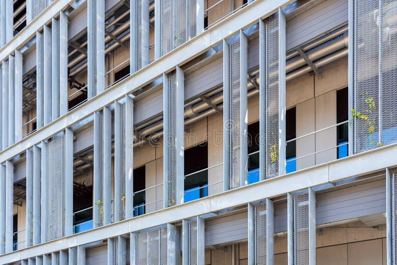 Промышленное здание с панелями сетки нержавеющей стали стоковые изображения rf