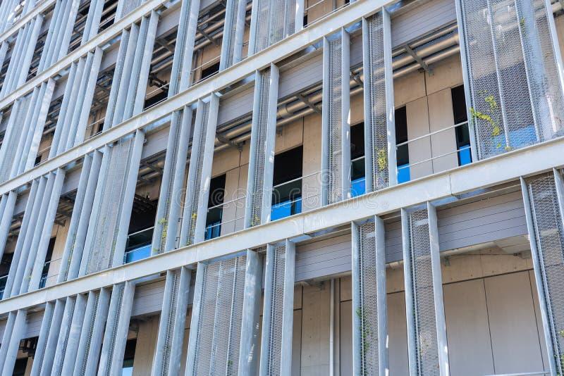 Промышленное здание с панелями сетки нержавеющей стали стоковые фотографии rf