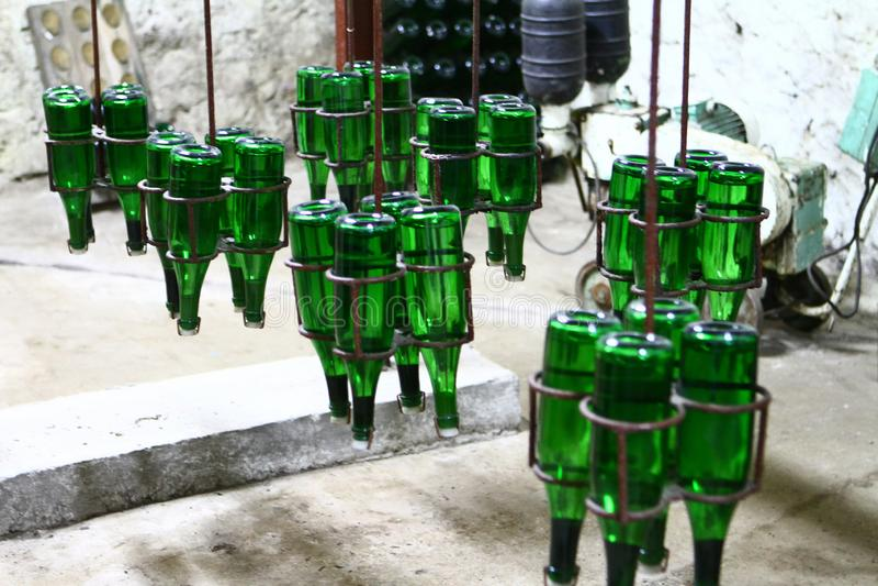 Промышленное изображение винных изделий шампанского - зеленых бутылок на транспортере стоковые фото