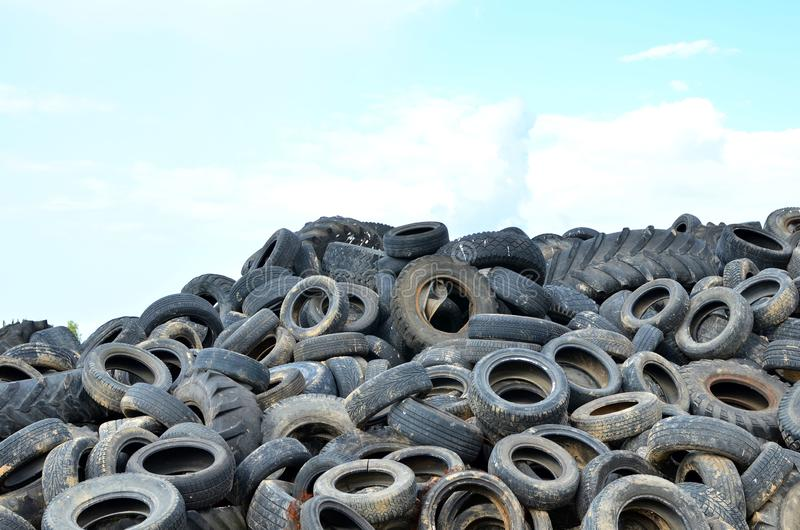 Промышленное место захоронения отходов для обработки ненужных автошин и резиновых покрышек стоковое изображение