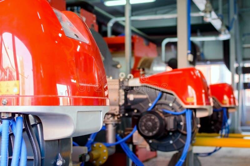 Промышленное оборудование боилера с дуя газовой горелкой стоковые фотографии rf