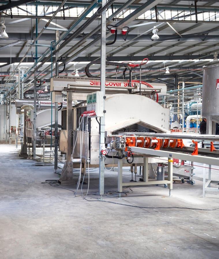 Промышленное предприятие керамической плитки с конвейерной лентой стоковая фотография
