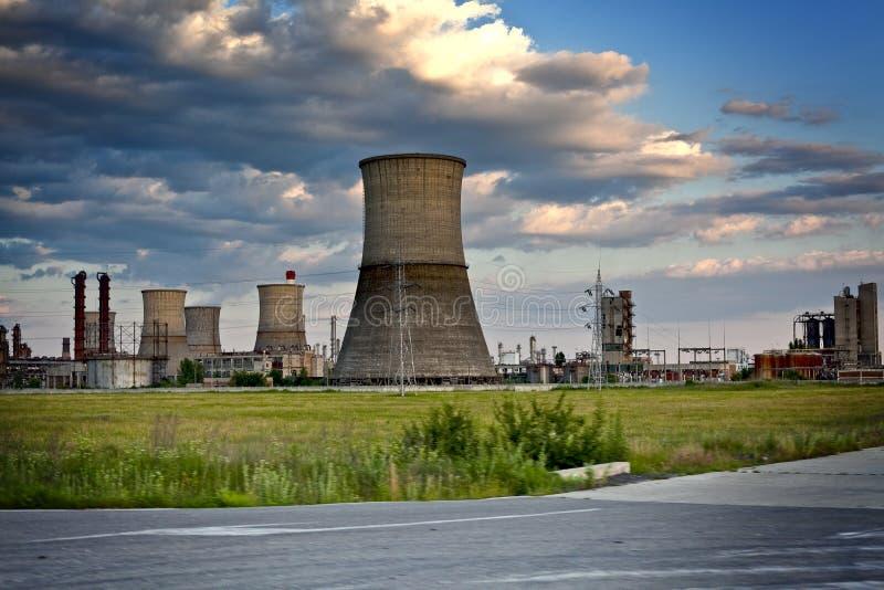 промышленные большие башни места рафинадного завода стоковое изображение rf