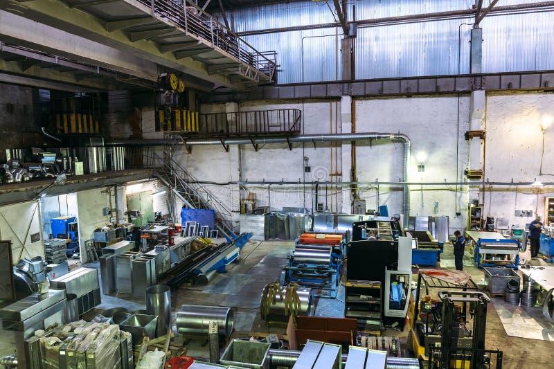 Промышленные мастерская или ангар на продукции систем вентиляции стоковое изображение