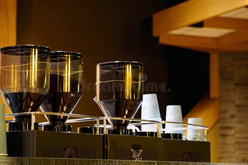 Промышленные молотилка кофе и конец машины фильтра кофе вверх по взгляду стоковое фото rf