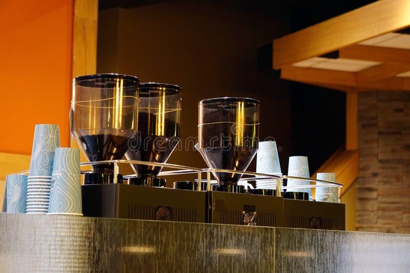Промышленные молотилка кофе и конец машины фильтра кофе вверх по взгляду стоковое изображение