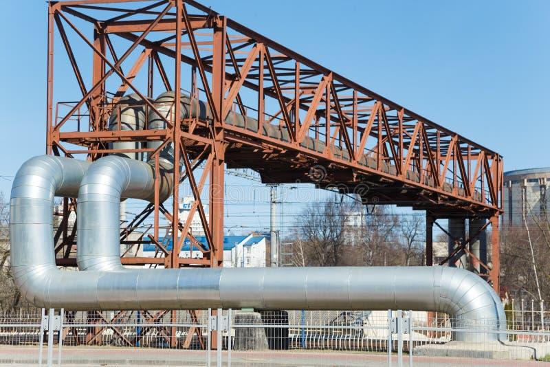 Промышленные огромные трубы на виадуке металла внешнем стоковое изображение