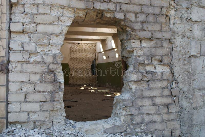 Промышленные руины строя detailsбhole в кирпичной стене стоковые фото