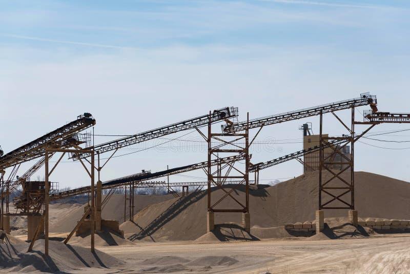 Промышленные стальные структуры в яме гравия и песка стоковые изображения rf