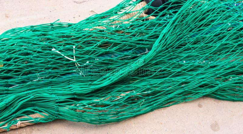 Промышленные Fishnets удя оборудования и линии рыбной ловли лежа на бетоне в порте стоковое изображение rf