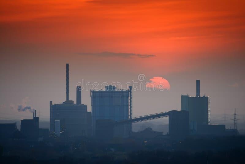 промышленный заход солнца горизонта стоковое изображение rf