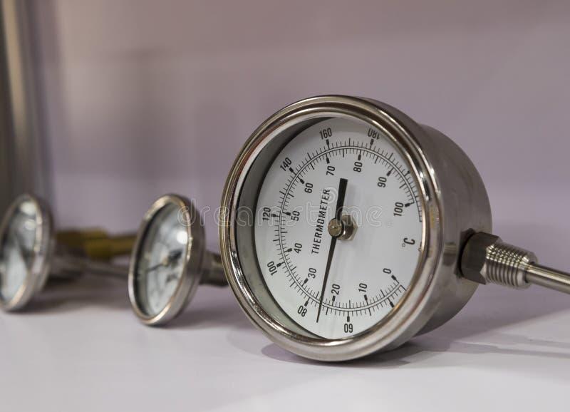Промышленный измерительный прибор с круговой шкалой термометра стоковая фотография